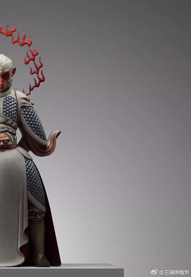这是今年中央美院毕业展上, 一座名为《真假美猴王》的雕塑, 作者是央美艺术硕士王瑞琳。  跟以往活灵活现的美猴王不同, 王瑞琳的美猴王, 装束齐整, 深情凝重, 双目紧闭, 似乎被什么困扰着, 仿佛下一秒, 便要腾空而起, 跟天地再战一次。  王瑞琳说, 自己创造孙悟空的初衷, 就是想让世界看清楚, 东方英雄的样子。   一句话, 吸引了大批粉丝围观他的微博, 也越来越多人期待, 王瑞琳做出更不一样的雕塑。  其实早在之前, 王瑞琳已经有不少作品, 在圈子里小有名气。 看他的雕塑, 容易为他精湛的技艺所
